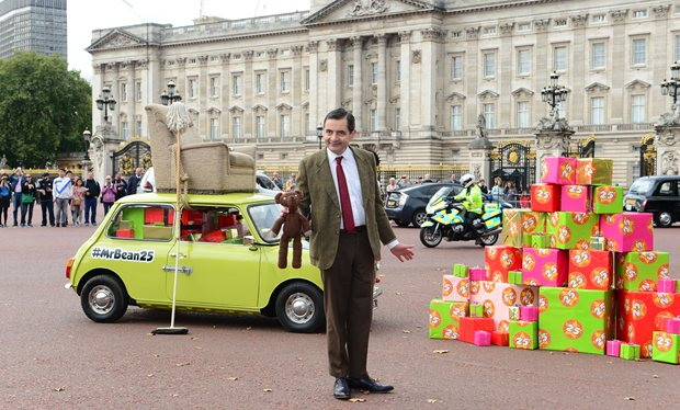 Mr_Bean_drives_to_Buckingham_Palace_on_the_roof_of_his_car_to_celebrate_turning_25