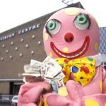 Mr. Blobby visits the Bucket (it's Bouquet!) residence on Noel's House Party